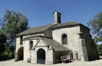En surplomb du village, les premières traces de cette jolie chapelle romane remontent à 1078.