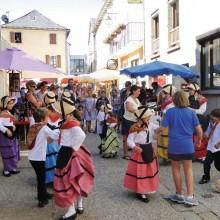 Au bord du lac de Pareloup, le village s'anime au rythme de la tradition.