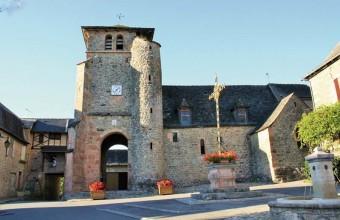 L'église Saint-Dalmas au clocher-porche.