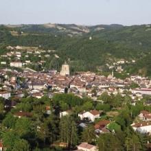 La cité au riche patrimoine fut bâtie en 1252 par le frère du roi Saint-Louis.