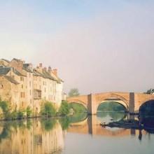 Le Pont Vieux, emblème de générations de marcheurs, enjambe le fleuve.