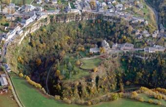 Ce canyon naturel de 400 mètres de large plonge à 100 mètres de profondeur.