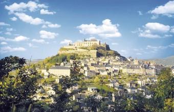 Depuis sa butte à 817 mètres d'altitude, le château domine le village.