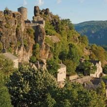 Les premières traces du château bâti à flanc de montagne datent de 1090.