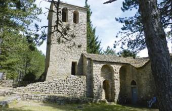 Etape de la balade, le prieuré Saint-Jean-de-Balmes niché dans la végétation.