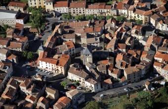 Le village aux origines médiévales se niche dans les gorges des Raspes.