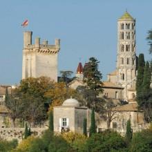 Le donjon et la pittoresque Tour Fenestrelle, clocher rond de la cathédrale Saint-Théodorit.