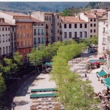 La place du Quai, vaste esplanade arborée et centre commerçant, s'anime notamment lors des marchés.