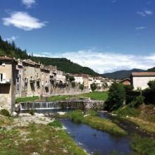 Le village est le point de départ de randonnées, le long des terrasses de culture.