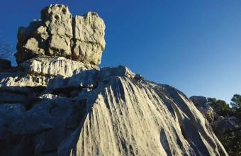 On accède à la mer des rochers par le haut du village, pour une balade féerique.