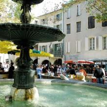 Les producteurs de fromages de chèvre, de miel, de fruits et légumes s'installent autour de la belle fontaine.