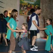 Dans ce vrai château avec tours et ponts-levis, les enfants vivent toute une journée à l'heure médiévale.