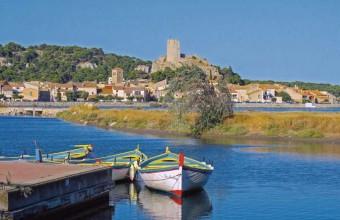 Ramassé autour de la tour Barberousse, le vieux village de Gruissan est est très pittoresque.