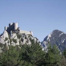 Le soir venu, le château perché offre la magie de sa silhouette illuminée.