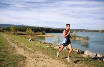 Réservoir pour les cultures, le lac enchante sportifs et amoureux de la nature.