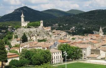 Calée sur son piton rocheux de 40 mètres, la chapelle du Dugas domine Saint-Ambroix de toute sa hauteur.