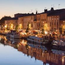 C'est la nuit venue que le port de Castelnaudary révèle la beauté des anciens entrepôts du XVIIIe siècle.