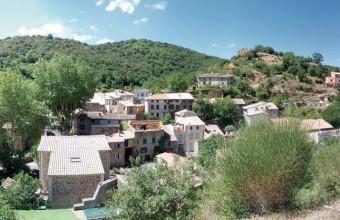 Au départ du très pittoresque village de Palairac, la randonnée mène sur le plateau de Lacamp.