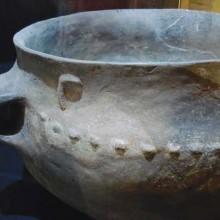 De nombreuses pièces de céramique trouvées dans les sites archéologiques sont présentées au public.