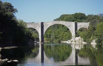Le pont de Saint-Etienne-d'Issensac est classé aux Monuments historiques.