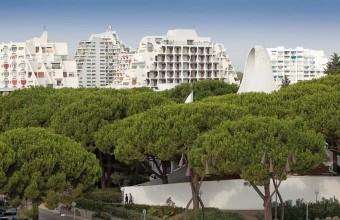 Cette ville résidentielle à l'architecture atypique est entrelacée de verdure.