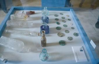 Outre les graffitis, de nombreux objets d'époque ont été retrouvés dans la tour.
