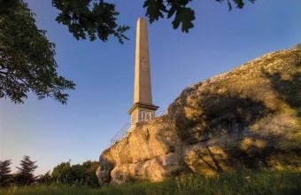 L'obélisque honorant Pierre-Paul Riquet reposerait sur des rochers annonciateurs de l'apocalypse.