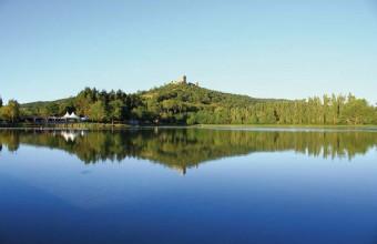 A Puivert, il faut visiter le château et le musée puis se baigner dans le petit lac du village.