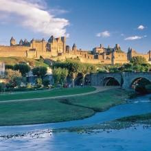 L'Aude sépare l'ancienne Cité dressée sur un promontoire de la ville basse, la bastide Saint-Louis.