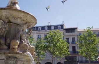 Depuis sa fontaine, Neptune contemple le marché depuis deux siècles.