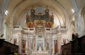 Le chœur de la cathédrale Saint-Pons-de-Cimiez, orné du fameux marbre rouge.
