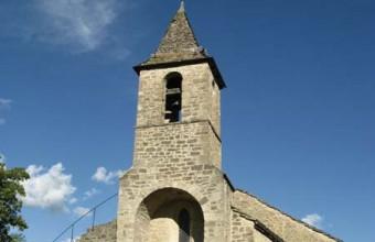 L'église, monument historique, est certainement l'ancienne chapelle du château.