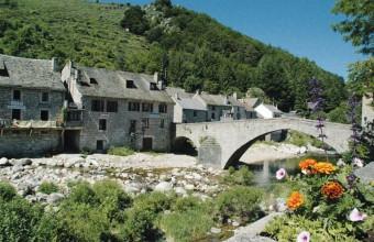 Une balade sur les quais et dans les ruelles du village s'impose, avant de découvrir la montagne emblématique.