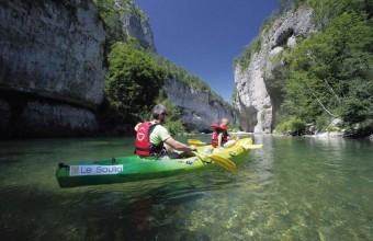 Pour apprécier la splendeur des gorges du Tarn, une balade au fil de l'eau s'impose, en canoë ou en barque.
