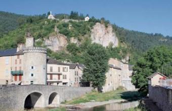 Le bourg s'est développé à la confluence de trois cours d'eau.
