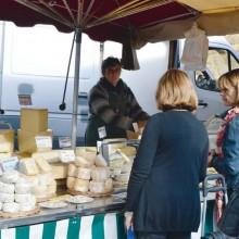 Sur les marchés, les stands de fromages sont attirants et la dégustation délicieuse.