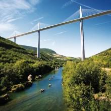 Le viaduc de Millau, un pont entre deux mondes qui tisse des liens entre authenticité et modernité.