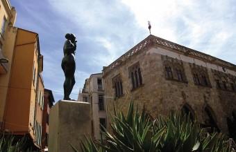 La belle Catalane de Maillol se dresse au cœur de la Loge de Mer, l'une des places les plus animées en été.