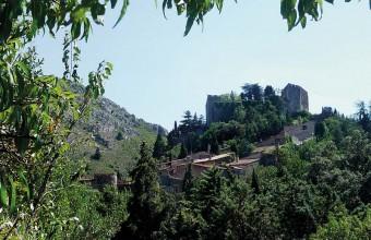 Enfermé dans ses fortifications qui s'étagent à flanc de montagne, voici Castelnou, l'un des plus beaux villages de France.