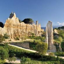 Surnommées les «cheminées de fées», ces œuvres éphémères sont accessibles via un sentier d'interprétation.