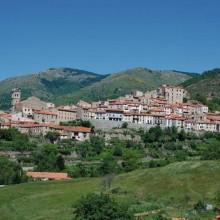 Blotti dans la vallée de la Castellane, Mosset s'accroche sur les pentes du col de Jau.
