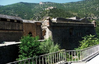 Perché sur la colline de Belloch, le Fort Libéria veille sur la cité médiévale.