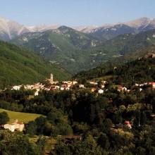 À l'abri d'un cirque grandiose de montagnes, la cité médiévale est un lieu de villégiature des plus agréables.
