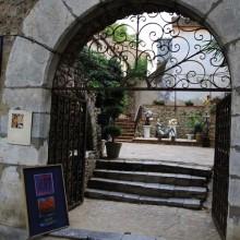 C'est à l'abri des platanes de la ville que se trouve le centre des Métiers d'Art.