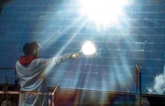 Devant le public, des expériences avec le four solaire sont réalisées.
