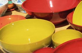 Dans le centre-ville, plusieurs ateliers vendent des poteries colorées.