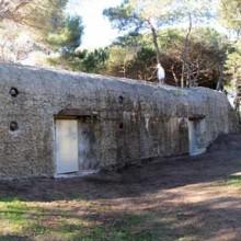 Le bunker a été réaménagé grâce à des matériaux et des objets d'époque.