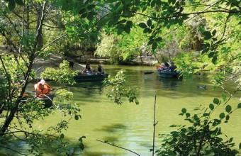 Le plan d'eau offre de jolies balades en barque.