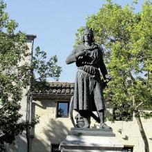 La statue de Louis IX, oeuvre du sculpteur Pradier, a été inaugurée en 1849.