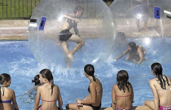 Les jeux d'eau font la joie des enfants à Aquasud, à Aqualand et bien sûr à la mer.